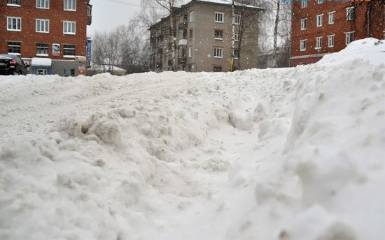 Ук очистила снег и оставила во дворе